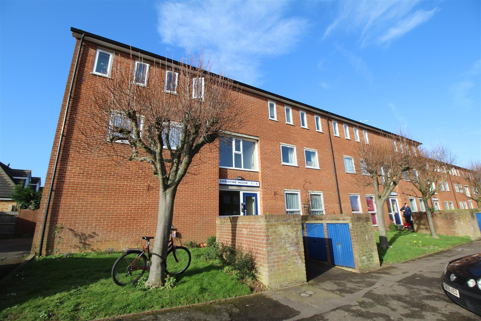 Two Bedroom second floor flat within walking distance of the Bletchley Town Centre and the Train Station to London Euston. The property has Upvc double glazing, gas heating to radiators and communal gardens with accommodation comprising: communal entranc